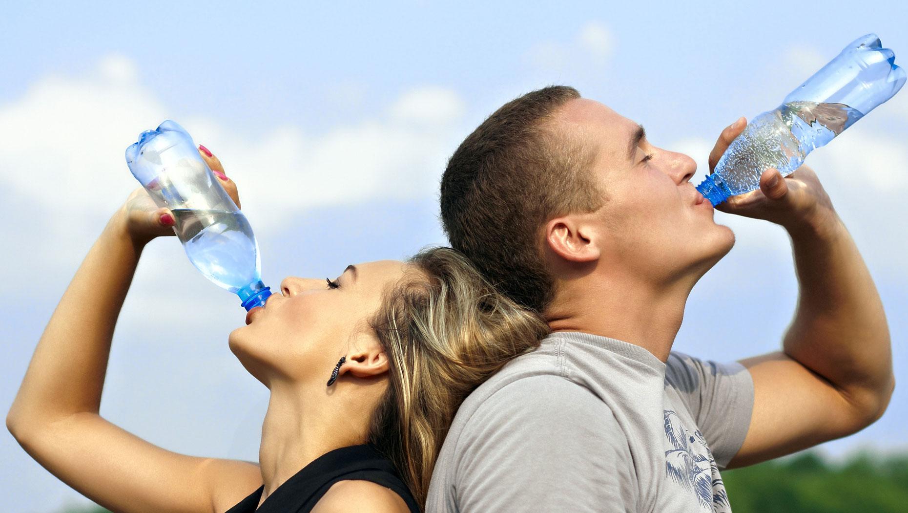 Ce facem? Bem sau nu apă înainte de culcare? Când se bea apa?