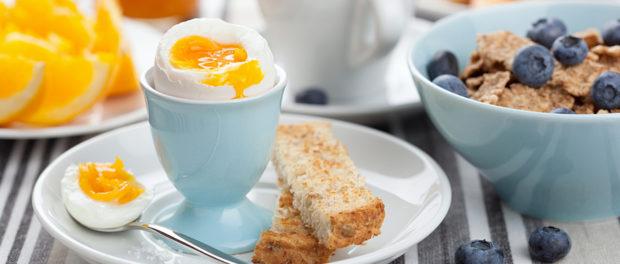 Renunțarea la micul dejun crește semnificativ riscul de atacuri de cord și accidente vasculare cerebrale